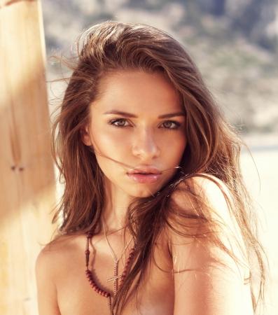 bonita chica de verano retrato de la cara en la playa Foto de archivo
