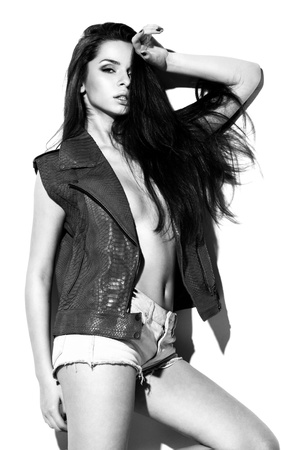 Молодая красивая мода женский модель позирует в кожаный жилет рептилии с кожаным мешком