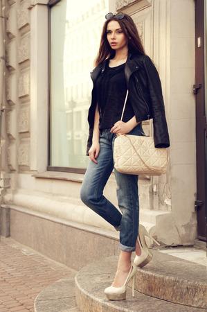 bata blanca: Retrato al aire libre de la chica con estilo hermosa joven con el bolso