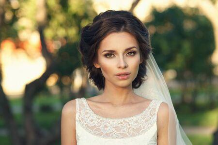 Closeup Portrait der jungen schönen Braut im weißen Kleid und Schleier Blick auf dich