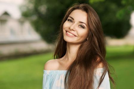 joven y bella mujer morena con el pelo largo y la sonrisa perfecta.