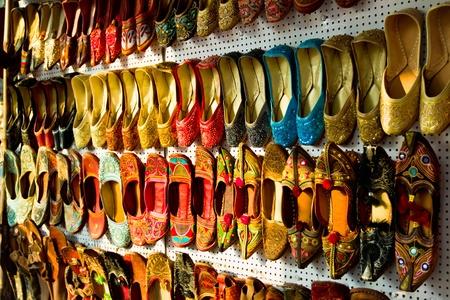 色とりどりの伝統的なインドの靴 写真素材