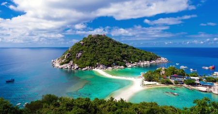 Beautiful panoramic view of tropical island against blue sky with clouds in Thailand  版權商用圖片