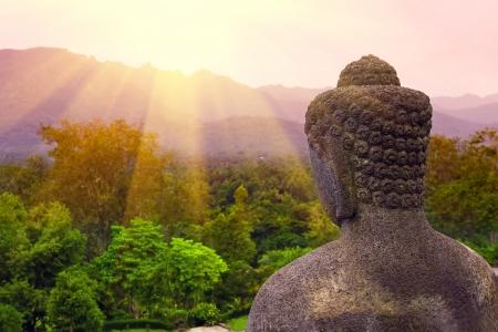 ボロブドゥール寺院ジョグ ジャカルタ、中央ジャワ、インドネシアで朝の仏像