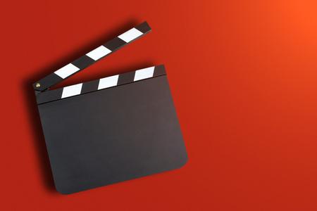 in action: En blanco badajo bordo de producción de películas sobre fondo rojo con copia espacio Foto de archivo