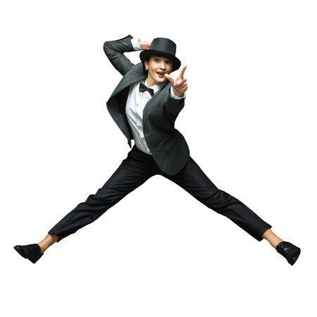 donna che balla: Emotiva giovane donna che indossa tuta epoca salta in su isolato su sfondo bianco. Donna che indica al sometrhing amaizing isolato su sfondo bianco. Archivio Fotografico