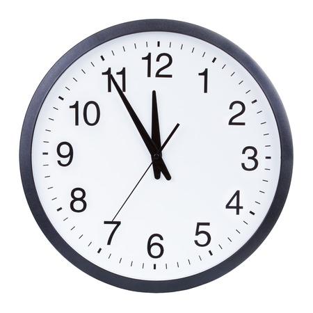 자정 5 분의 손을 보여주는 시계 얼굴