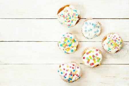 木製の白地においしい cupcakes。トップ ビュー