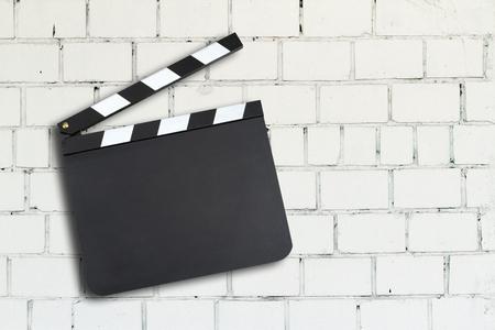 レンガの壁の空のムービー生産クラッパー ボード 写真素材