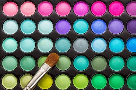 化粧ブラシでメイク パレット。化粧の背景 写真素材