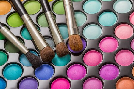 productos de belleza: Paleta de maquillaje con pinceles de maquillaje