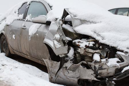 冬の道の車の事故