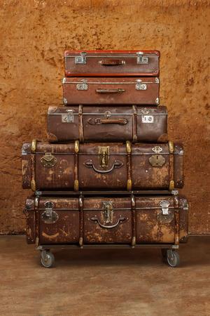 ビンテージ スーツケースの山。ビンテージ旅行荷物