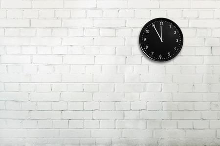 オフィス時計で抽象的なレンガの壁 写真素材