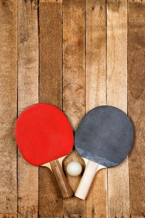 ping pong: Ping pong paletas y de la bola en el fondo de madera de �poca