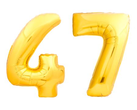 황금 번호 47 47 흰 배경에 고립 된 풍선 풍선으로 만들어진