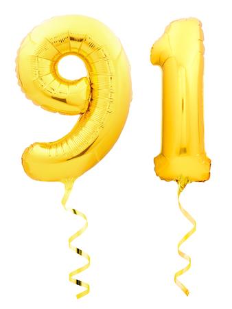 Gouden nummer eenennegentig 91 gemaakt van opblaasbare ballon met gouden lint geïsoleerd op een witte achtergrond