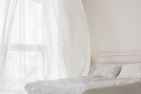 Abstrakte weiße Schlafzimmerwohnung Standard-Bild