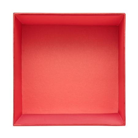 Disposizione piana del contenitore di regalo rosso vuoto isolato su fondo bianco. Modello di scatola di cartone rossa. Vista dall'alto