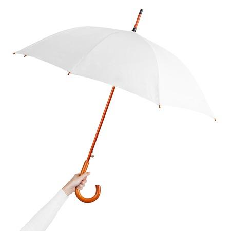 Hand halten weißer Regenschirm isoliert auf weißem Hintergrund. Frauenhand, die leeren offenen Regenschirm auf weißem Hintergrund hält