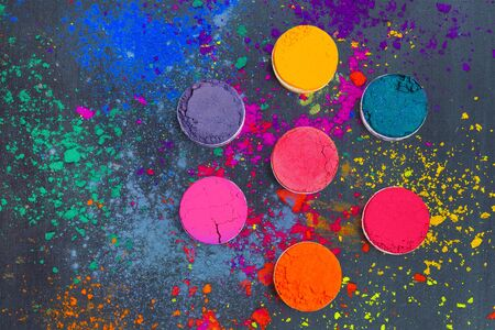 Disposizione piana dei colori del festival indiano di Holi. Sfondo colorato astratto Archivio Fotografico
