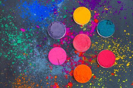 Plat leggen van Indiase Holi-festivalkleuren. Abstracte kleurrijke achtergrond Stockfoto