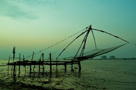 Chinese fishing net at sunset in Cochin, Fort Kochi, Kerala, India Banque d'images
