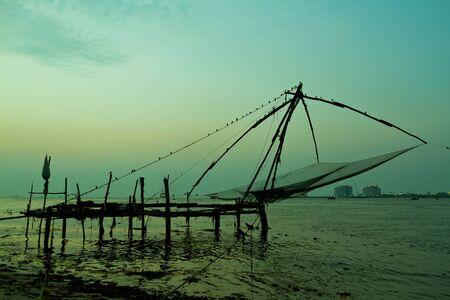 Filet de pêche chinois au coucher du soleil à Cochin, Fort Kochi, Kerala, Inde Banque d'images