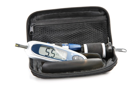 diabetes: Diab�tico gluc�metro sangre az�car o glucosa nivel pruebas kit de aislado en un fondo blanco. Dispositivo de diabetes Mini monitor Foto de archivo