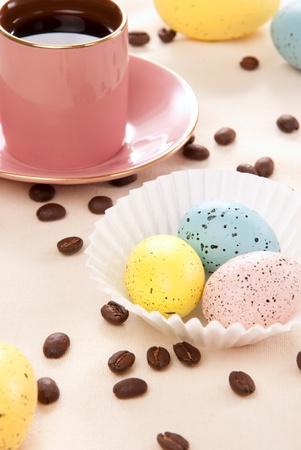 familia cristiana: Huevos de color rosas, azules y amarillos de domingo por la ma�ana, taza de caf� expreso y frijoles para la familia cristiana feliz sobre un fondo de color pastel de huevos de Pascua Foto de archivo