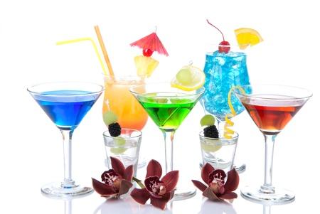 Populaire alcohol cocktails samenstelling. Verschillende soorten cocktail drinken Blue hawaiian, mai tai, tropische Martini, tequila shot, margarita, orchid, cherry, lime, citroen geïsoleerd op een witte achtergrond Stockfoto