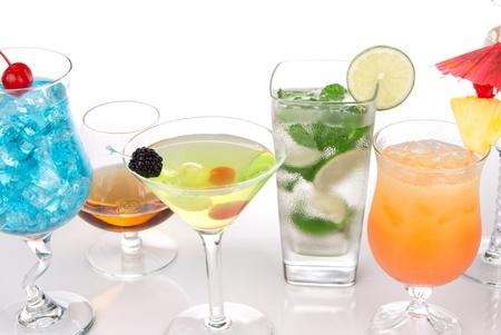 Cocktails met alcohol. Veel dranken dranken Blue hawaiian, mojito; Seks op het strand, tropische Martini, tequila sunrise, margarita, en glas cognac, cocktail paraplu, kers, kalk en ananas