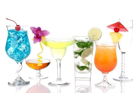 Alcoholhoudende Cocktails. Veel dranken dranken Blue hawaiian, mojito; Sex op het strand, tropische Martini, tequila sunrise, Marga rita, champagne en cognac glas, cocktail paraplu, cherry, kalk en ananas
