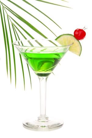 ajenjo: Absenta verde martini alcohol c�ctel con vodka, Ron ligero, gin, tequila, curacao azul, jugo de lim�n, limonada, rodaja de lim�n, marrasquino cherry aislado en un fondo blanco