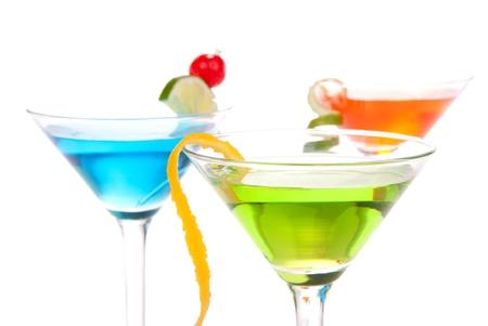 copa martini: Martini Alcohol cócteles tres colores rojo, verde y amarillo sobre fondo blanco Foto de archivo
