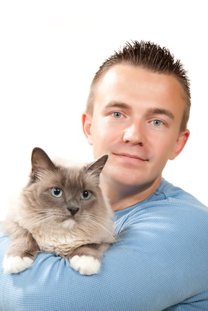 Junger stattlicher Mann halten seine reizende Ragdoll Katze mit blauen Augen auf weißem Hintergrund isoliert