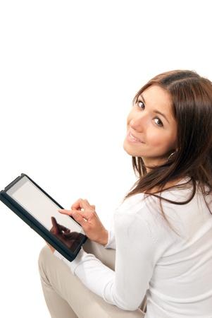 Gelukkig brunette vrouw bezit in de hand nieuwe elektronische tablet touch pad computer pc digitaal scherm en glimlachend, kijken naar de camera op een witte achtergrond