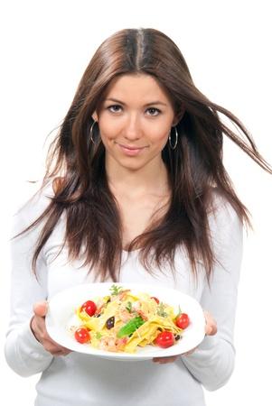 serviette: Serveerster vrouw bezit plaat met Italiaanse citroen pappardelle, tagliatelle, macaroni, spaghetti pasta met tomaten, garnalen en olijven op servetring op een witte achtergrond  Stockfoto