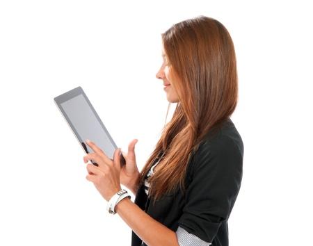 Brunette vrouw typen op haar nieuwe elektronische tablet touch pad een vinger raakt het digitale scherm geïsoleerd op een witte achtergrond