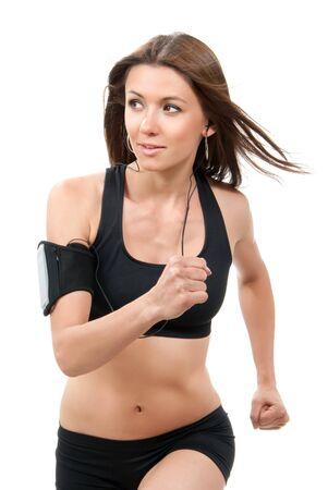 ecoute active: Heureux fitness jeune belle femme mince sport brune jogging et course, �couter de la musique isol�e sur un fond blanc