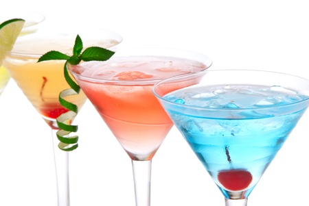 margarita cocktail: C�cteles de alcohol de Martini en fila azul hawaiano, amanecer de tequila, decorado con cereza, Lima, menta en copas c�ctel martinis sobre un fondo blanco