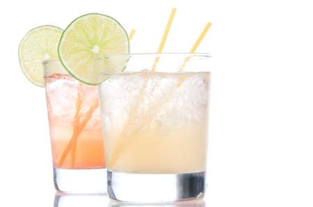 Alcohol lange eiland Iced tea cocktails met limoen in korte cocktail glazen geïsoleerd op een witte achtergrond