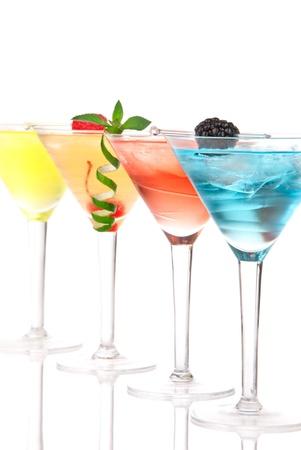 margarita cocktail: Martini cocktail alcol nella riga blu hawaiano, tequila sunrise, guarnito di ciliegio, tiglio, menta in bicchieri da cocktail martini su uno sfondo bianco Archivio Fotografico