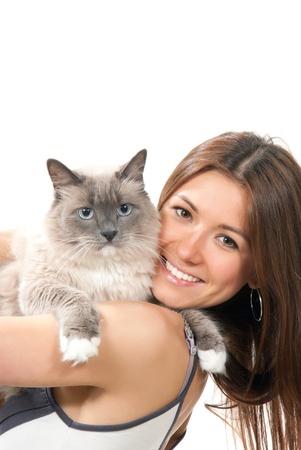 amigos abrazandose: Joven mujer bonita mantenga su gato Ragdoll encantadora con ojo azul aislada sobre fondo blanco
