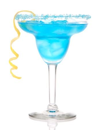 margarita cocktail: Blu cocktail Margarita con la scorza di limone con sale refrigerate bordato di vetro con tequila, sciroppo di arancia, menta fresca, ghiaccio tritato in vetro cocktail isolato su sfondo bianco Archivio Fotografico