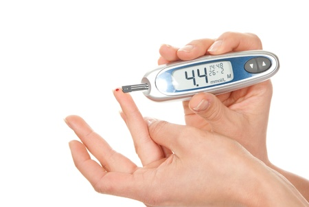 Diabetespatiënt die het bloedonderzoek van het glucoseniveau met behulp van ultra-miniglucosemeter en kleine daling van bloed van vinger en teststroken meet