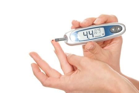 diabetes: Paciente con diabetes la glucosa para medir el nivel del an�lisis de sangre con gluc�metro mini-ultra peque�a gota de sangre del dedo y las tiras reactivas Foto de archivo