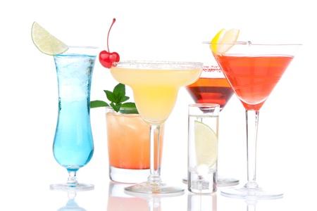 margarita cóctel: Cócteles de alcohol. Muchas bebidas bebidas Blue hawaiian, mojito; tropical Martini, sunrise tequila, margarita, disparo de vodka, cereza, menta, Lima sobre fondo blanco  Foto de archivo