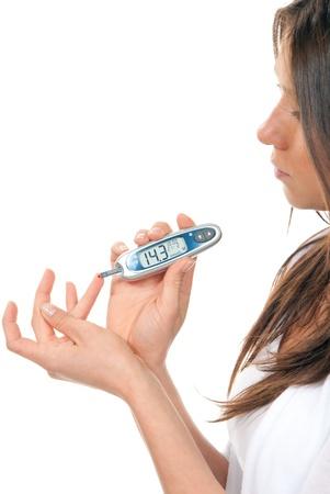 diabetes: Primer tipo dependiente Diabetes pacientes de medici�n de glucosa nivel sangre usando ultra glucometer mini y peque�a gota de sangre del dedo y probar tiras aisladas sobre fondo blanco  Foto de archivo