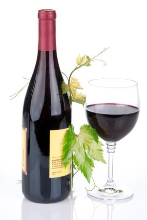 Fles wijn in de wijngaard met rode wijn glas op een witte achtergrond